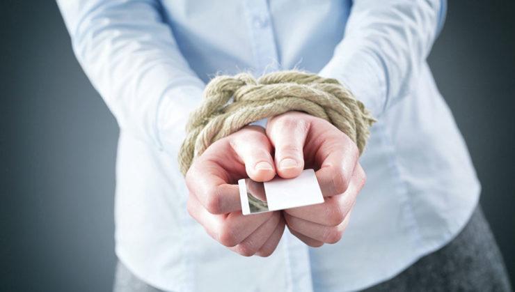 Связанные руки с картой банка