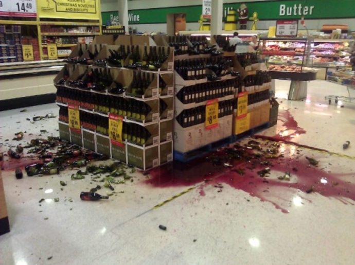 Стеллаж и разбитые бутылки