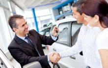 Семейная пара покупает машину