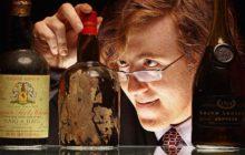 Эксперт рассматривает бутылки с виски