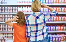 Две женщины возле полки в супермаркете