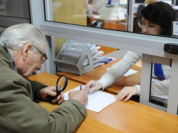 Пенсионер заполняет документы