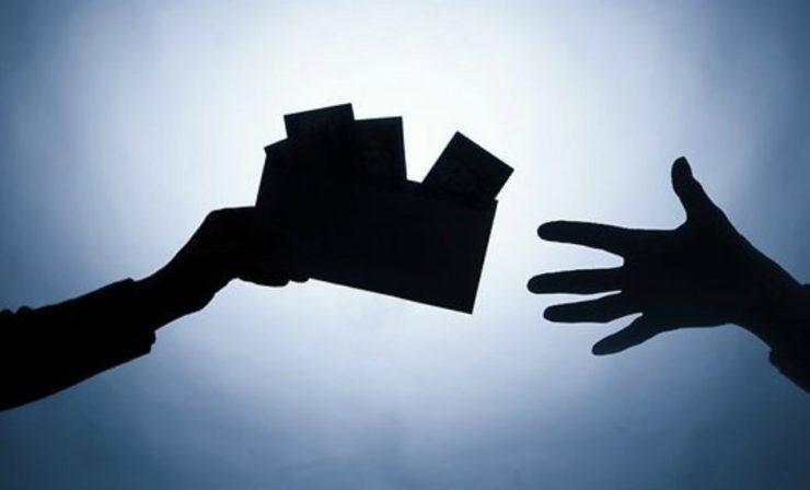 Конверт с деньгами из рук в руки