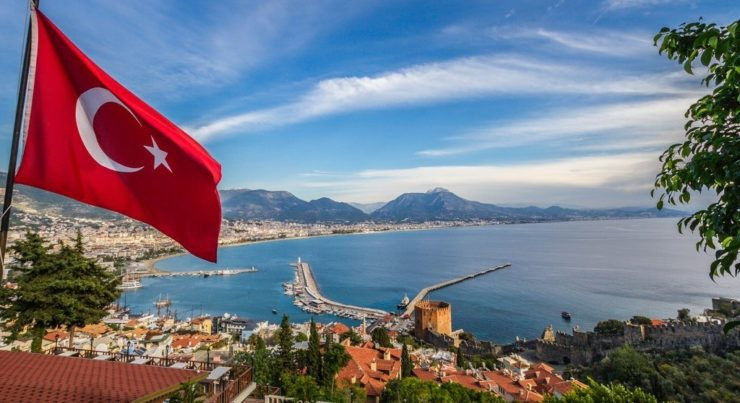Флаг Турции на фоне города и моря