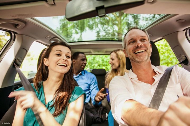 Компания людей в машине