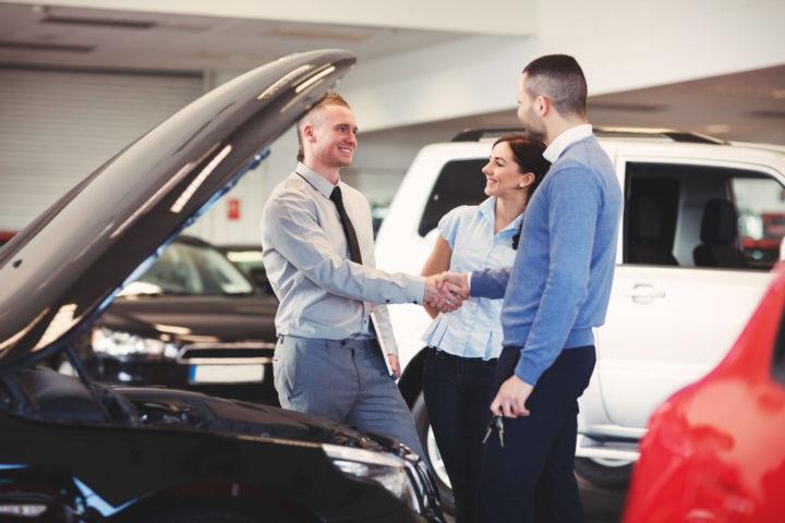 Мужчина и женщина в салоне автомобилей