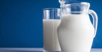 Кувшин и стакан молока