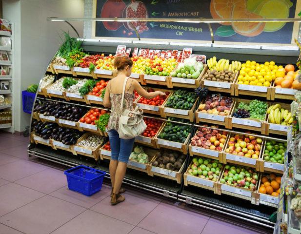 Размещение витрин с фруктами и овощами на входе