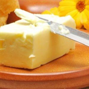 Сливочное масло на тарелке