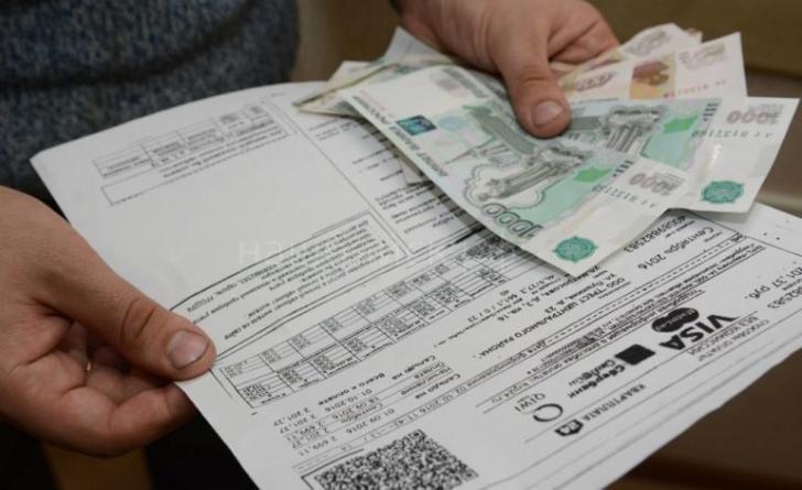 Платежки и деньги в руках