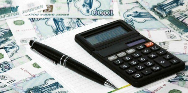 Калькулятор, ручка и деньги