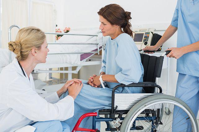 Девушка на инвалидной коляске с врачом