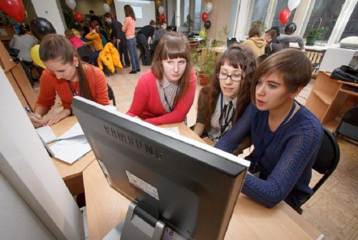 Студенты за компьютером