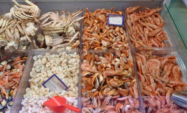 морепродукты на прилавке