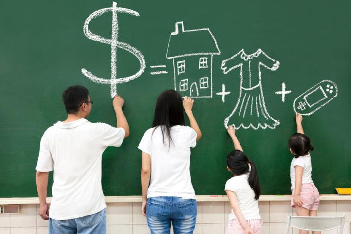 Семья рисует на доске
