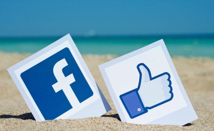 Логотип Фейсбука на пляже