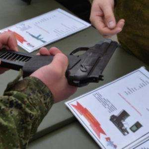 Пистолет в руках у военного