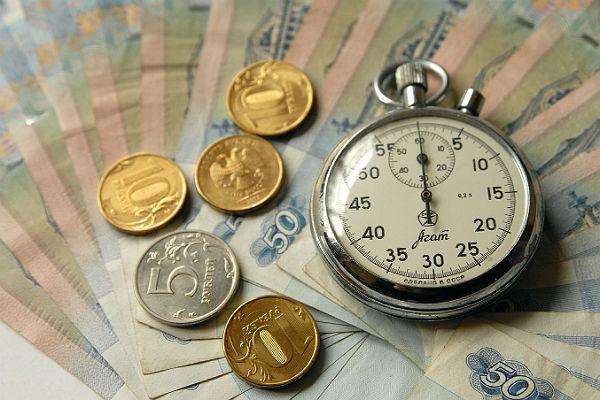 Часы на деньгах