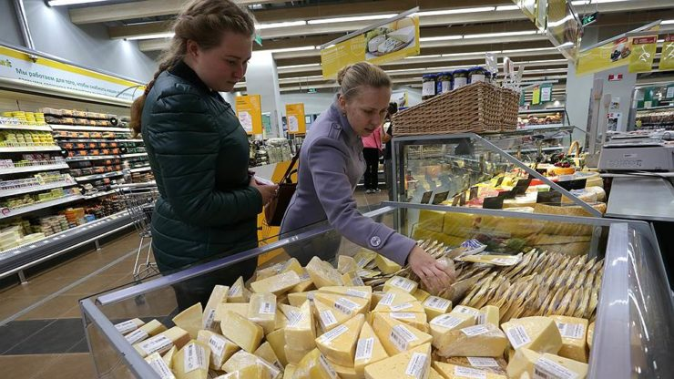 Девушки выбирают сыр