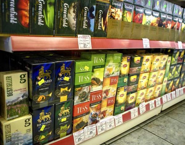 Полка с чаем в супермаркете