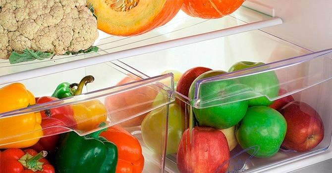 Овощи и фрукты в холодильнике