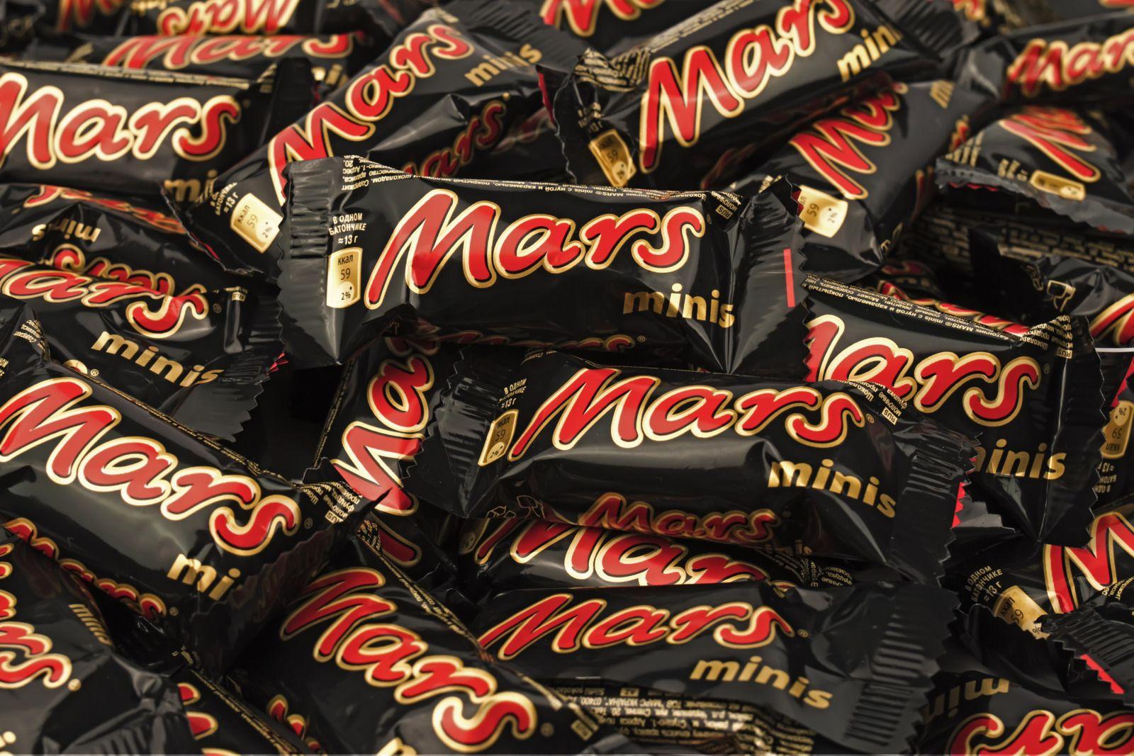 Конфеты на развес марки «Полная чаша» и шоколадные батончики компании «Марс»
