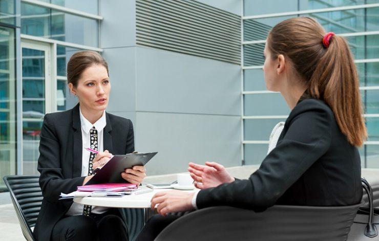 женщина проходит собеседование