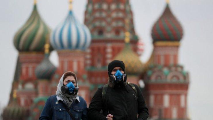 Люди в масках возле храма Василия Блаженного в Москве