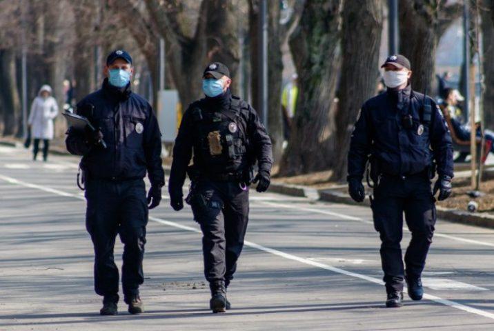 Полицейские в масках