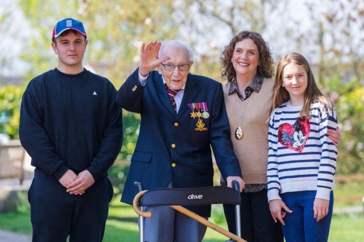 Том Мур со своей семьей