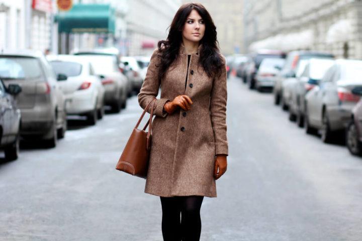 Девушка идет пешком