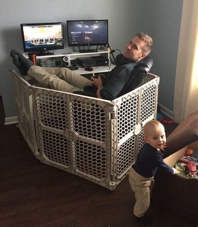 Папа в манежике отгородился от малыша