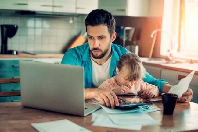 Мужчина с ребенком за ноутбуком