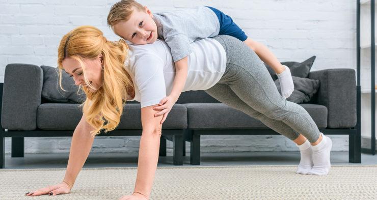 Мама с ребенком делает отжимания