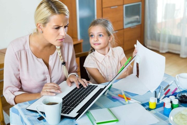 Мама за ноутбуком и ребенок