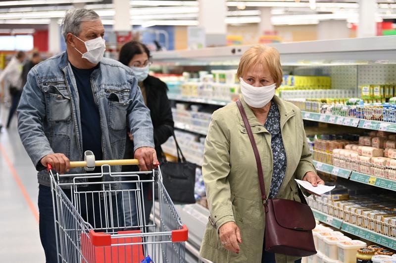 Люди в масках идут по магазину