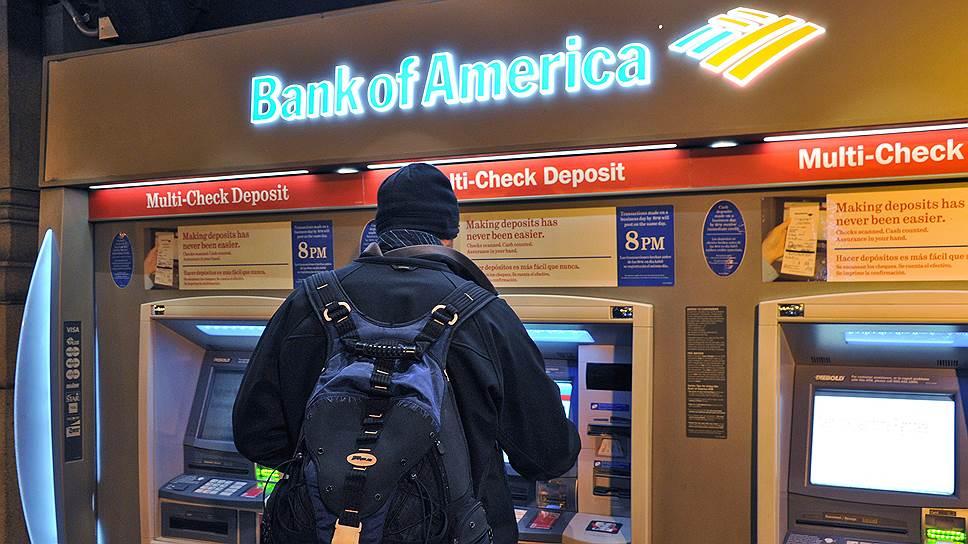 Человек снимает деньги в банкомате