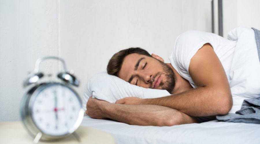 Спящий мужчина и будильник