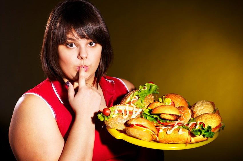 Полная девушка с бургерами