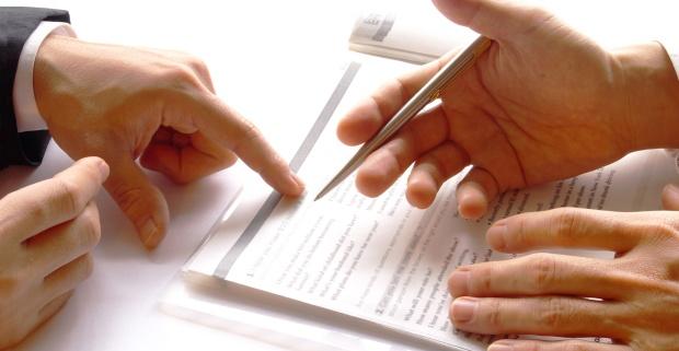 Люди изучают документ