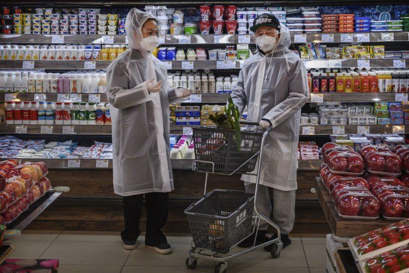 Двое людей в китайском магазине