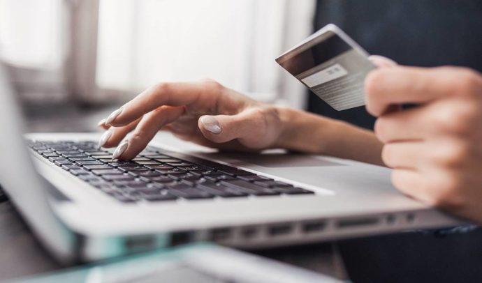 Ноутбук и банковская карта