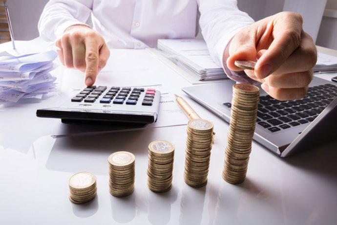 Монеты и калькулятор на столе