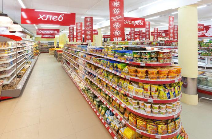 Товары на полках в супермаркете