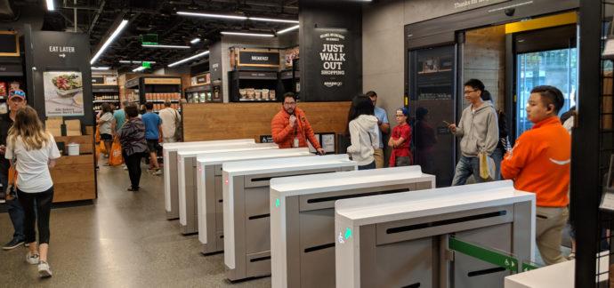 Вход в магазин Амазон, США