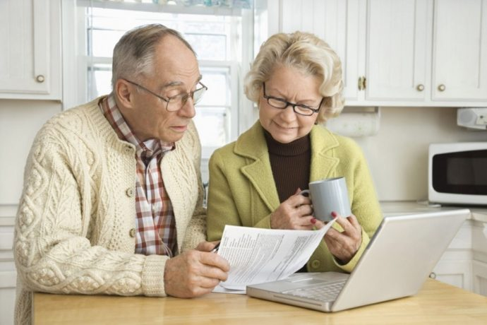 Двое пожилых людей за столом