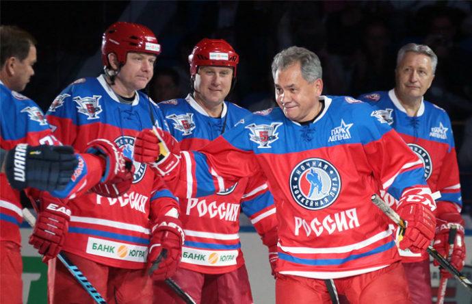 Сергей Шойгу играет в хоккей