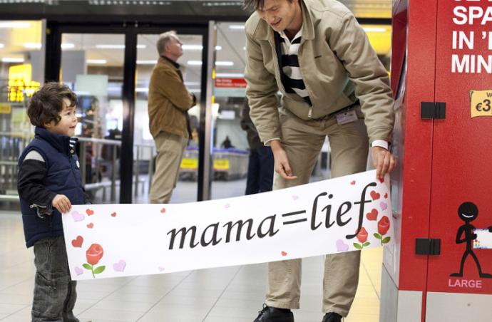 Вендинговый автомат в аэропорту для печати плакатов