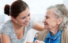 Пожилая женщина с девушкой