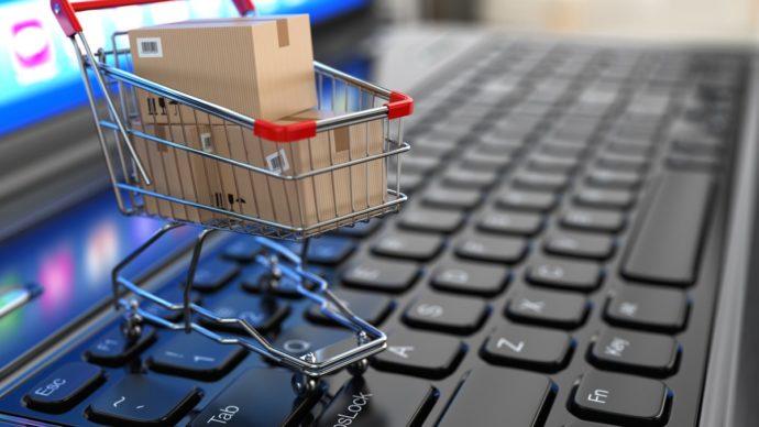 Ноутбук и корзина для покупок